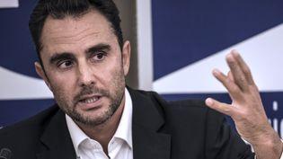 Hervé Falciani, qui avait dévoilé des listings de clients de la banque HSBC dans le cadre d'une affaire d'évasion fiscale, donne une conférence de presse à Divonne-les-Bains en octobre 2015. (JEAN-PHILIPPE KSIAZEK / AFP)