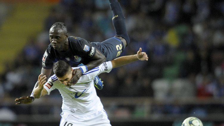 Le joueur du FC Porto Eliaquim Mangala prend le dessus sur le joueur de Feirense Rabiola lors d'un match de championnat portugais, à Aveiro, le 18 septembre 2011. (MIGUEL RIOPA / AFP)
