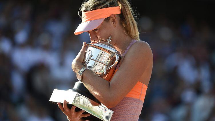 La Russe Maria Sharapova fête son second titre à Roland-Garros, le 7 juin 2014, à Paris. (PASCAL GUYOT / AFP)