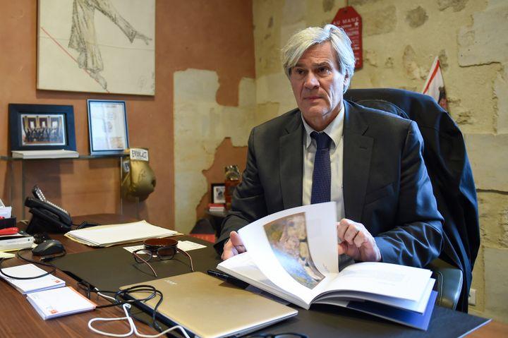 Stéphane Le Foll pose dans son bureau après avoir annoncé sa candidature pour les municipales, le 29 mars 2020, au Mans (Sarthe). (JEAN-FRANCOIS MONIER / AFP)