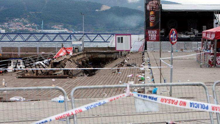 La plateforme en bois qui s'est effondrée lors d'un concert à Vigo (Espagne), blessant plus de 300 personnes, ici le 13 août 2018, au lendemain de l'accident. (MAXPPP)