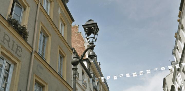 Le dispositif de vidéosurveillance installé place de la Contrescarpe, à Paris. (GOOGLE STREET VIEW)