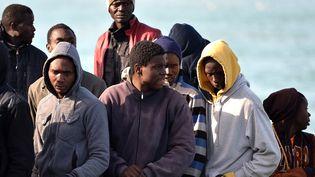 Des migrants secourus au large de la Libye par les gardes cotes italiens, et transférés au port de Catane (Italie), le 23 avril 2015. (ALBERTO PIZZOLI / AFP)