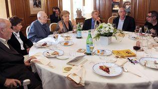 les membres de l'Académie Goncourt autour de la table, chez Drouant  (MICHEL GANGNE / AFP)