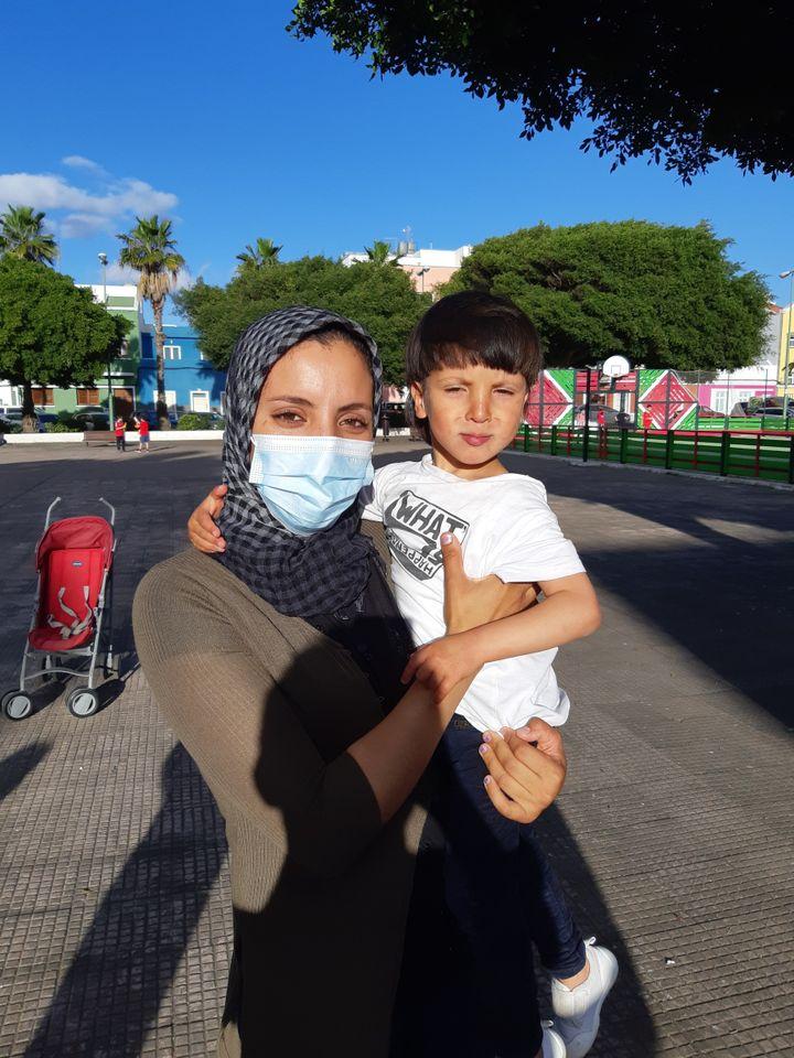 Fatiha et son fils Wissam qui ont été séparés pendant 36 jours à leur arrivée à Arguineguinen octobre 2020. (JÉRÔME JADOT / RADIO FRANCE)