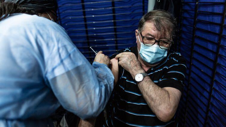 Un homme est vaccinéà Saint-Quentin-en-Yvelines (SADAK SOUICI / LE PICTORIUM / MAXPPP)
