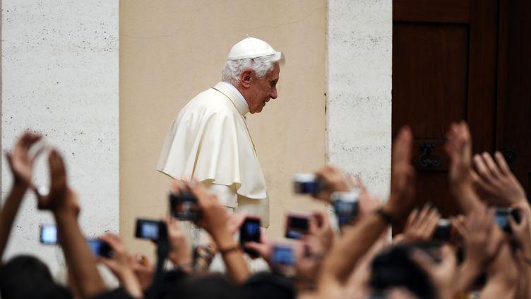 Le pape Benoît XVI reçoit des pèlerins dans sa résidence d'été du Castel Gandolfo, à 40 km de Rome (Italie), le 10 août 2011. (VINCENZO PINTO / AFP)