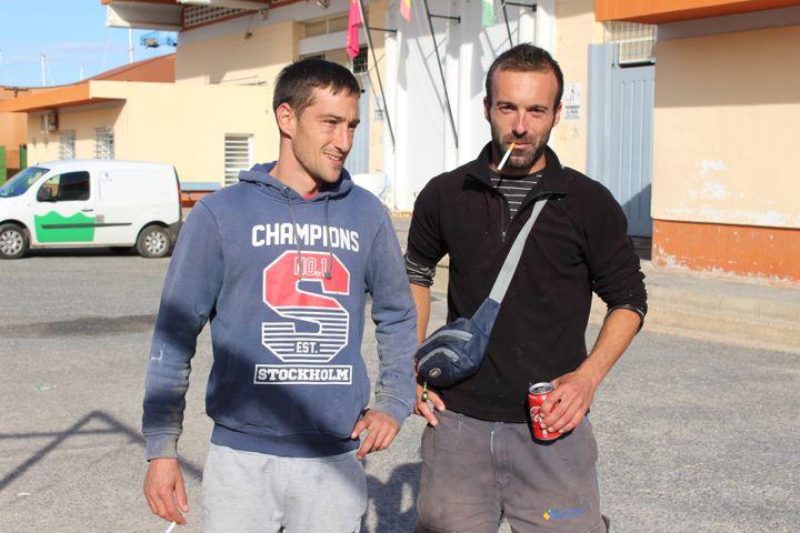Deux pêcheurs à San Perdo del Pinatar, en Espagne, le 25 novembre 2019. (ROBIN PRUDENT / FRANCEINFO)