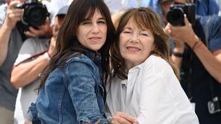 Charlotte Gainsbourg et Jane Birkin au Festival de Cannes, le 8 juillet 2021 (CHRISTOPHE SIMON / AFP)