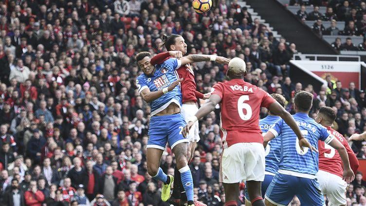 Le coup de coude de Zlatan Ibrahimovic sur Tyrone Mings. (OLI SCARFF / AFP)