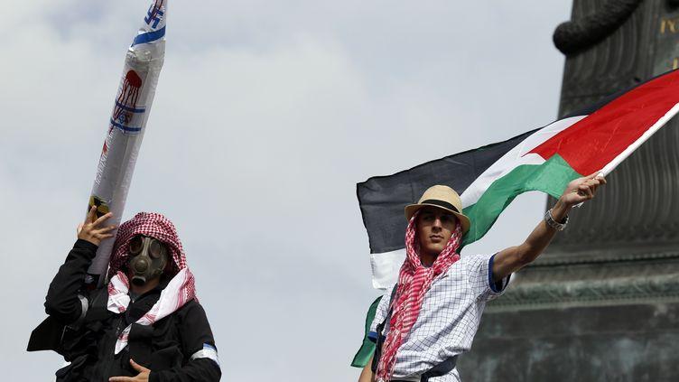 Des manifestans pro-palestiniens, le 13 juillet 2014 à Paris. (KENZO TRIBOUILLARD / AFP)