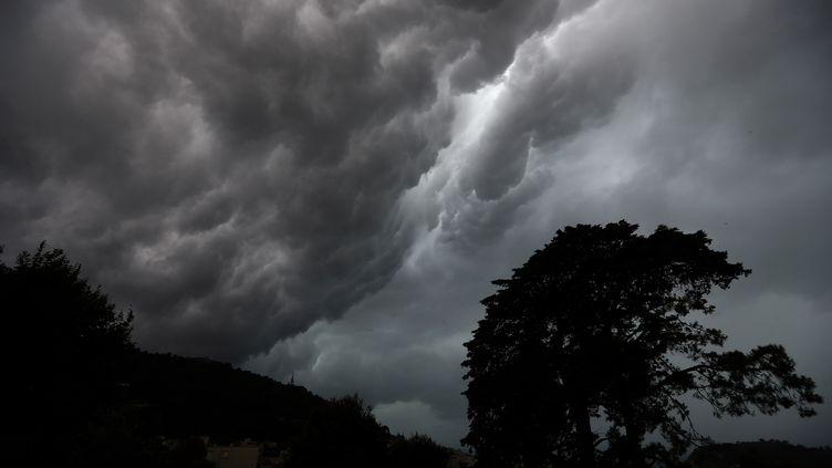 Les rafales de vent devraient atteindre 100 à 120 km/h des côtes normandes aux caps des Hauts-de-France, le 23 septembre 2018. (VALERY HACHE / AFP)