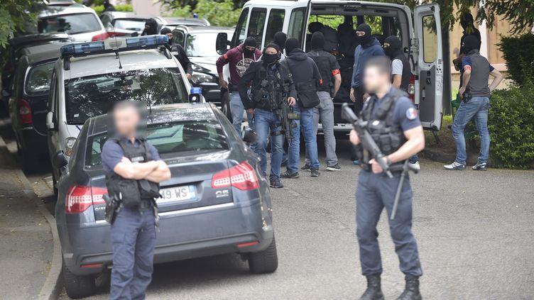 Des policiers devant le domicile du suspect, à Lyon, le 27 mai 2019. (ROMAIN LAFABREGUE / AFP)