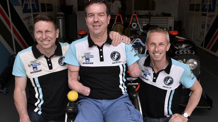 Frédéric Sausset entouré de ses deux coéquipiers Christophe Tinseau et Jean-Bernard Bouvet (JEAN-FRANCOIS MONIER / AFP)