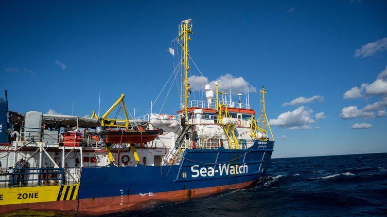 Le bateau de l'association allemande Sea Watch patiente au large de Malte depuis 17 jours, avec 32 migrants à son bord. (FEDERICO SCOPPA / AFP)