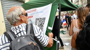 Un homme s'en prend au centre de dépistage Covid-19 de la pharmacie de la rue Maguelone, à Montpellier, samedi 31 juillet. (JEAN MICHEL MART / MAXPPP)