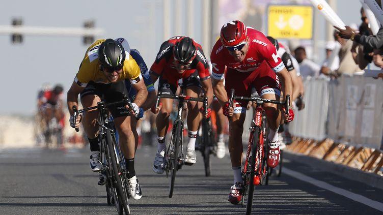 Alexander Kristoff (à droite) prend le dessus sur Mark Cavendish (YUZURU SUNADA / BELGA MAG)
