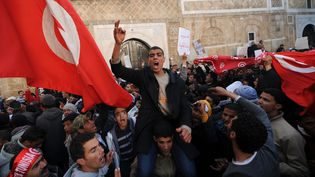 Des habitants de la région de Sidi Bouzid manifestent devant le palais du gouvernement à Tunis, le 23 janvier 2011. (FETHI BELAID / AFP)