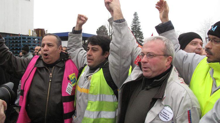 Des grévistes de PSA Aulnay ont rejoint ceux de l'usine de Flins de Renault, le 24 janvier 2013. ( MAXPPP)