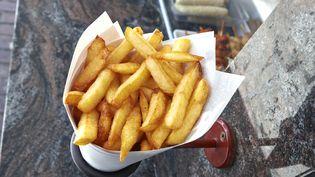 Des frites dans un cornet en papier, sur la place Jourdan, à Bruxelles (Belgique). (BOMBAERT PATRICK / BELGA MAG / AFP)