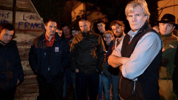 Stéphane Le Foll et des représentants des agriculteurs en colère, devant son domicile au Mans (Sarthe), le 21 février 2016. (JEAN-FRANCOIS MONIER / AFP)
