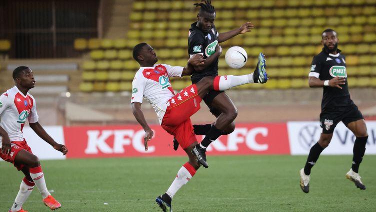 A l'image de ce duel entre Fofana et Angban, Monaco et Metz ont bataillé jusqu'au bout pour se départager. (VALERY HACHE / AFP)