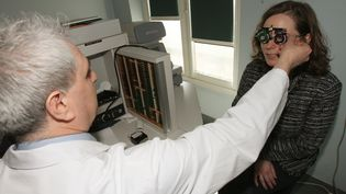 Une patiente subit un examen de la vue chez un ophtalmologue, à Paris, le 24 avril 2008. (MEHDI FEDOUACH / AFP)
