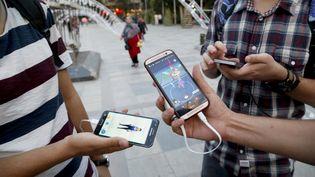 Des Iraniens jouent à Pokémon Go, à Téhéran, le 3 août 2016. (ATTA KENARE / AFP)