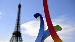 Le logo de Paris 2024 devant la tour Eiffel, le 14 mai 2017. (FRANCK FIFE / AFP)