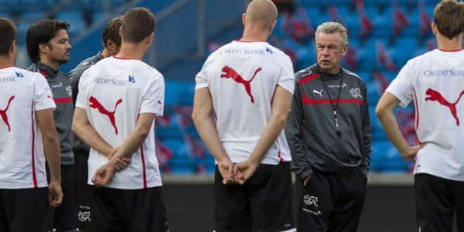 Le sélectionneur de l'équipe suisse Ottmar Hitzfeld entouré de ses joueurs