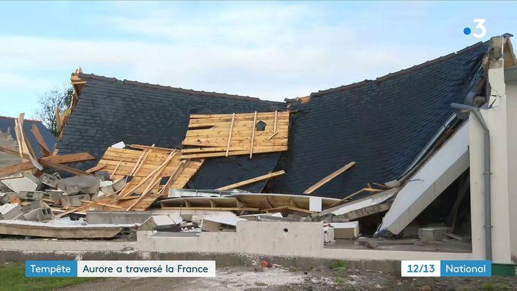 La nuit du mercredi 20 au jeudi 21 octobre a étéfatalepour plusieurs départements français. Certains constatent avec effroi les dégâts de la tempête Aurore. Des arbres ont été arrachés et plusieurs foyers se sont retrouvés sans électricité. (CAPTURE ECRAN FRANCE 3)