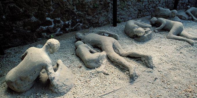 Les moulages de plâtre des corps des fuyards lors de leur fuite de Pompéi  (COLIN MATTHIEU/AFP)