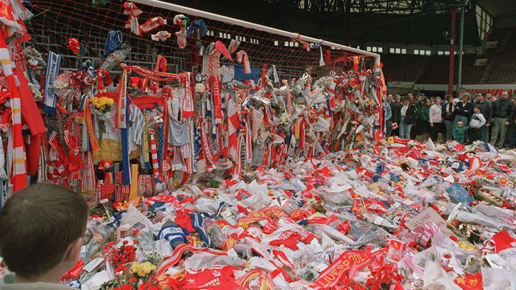 Les supporters du Liverpool FC se recueillent à Anfield quelques jours après le drame