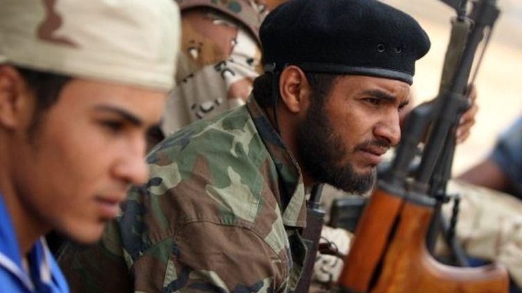 Des militants des forces du CNT, hier, près de l'Université de Syrte prise ce matin. (AHMAD AL-RUBAYE / AFP)