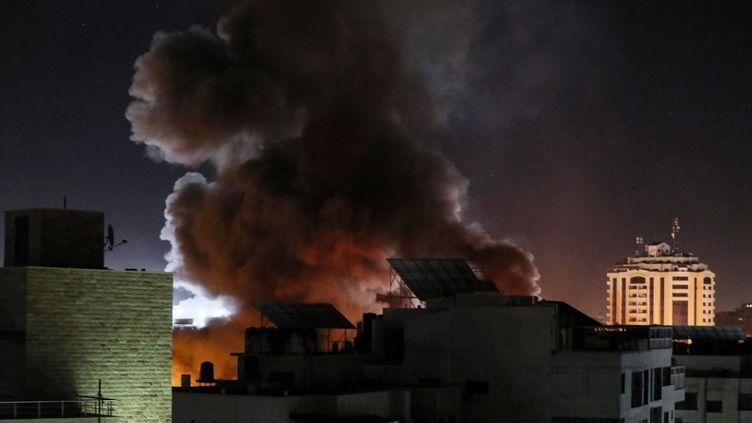 Des frappes israéliennes tombent sur des bâtiments de la bande de Gaza, le 18 mai 2021. (MUSTAFA HASSONA / ANADOLU AGENCY / AFP)