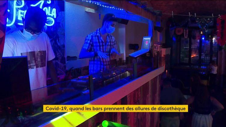 Des DJ dans un bar d'ambiance (FRANCEINFO)
