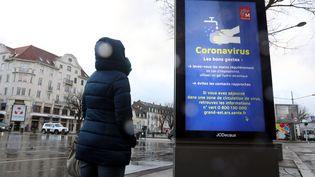 Un panneau d'information sur le coronavirus Covid-19 au marché de Mulhouse (Haut-Rhin), le 27 février 2020. (MAXPPP)