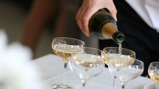 """Une nouvelle loi russe réserve l'appellation """"champagne"""" écrite en cyrillique aux seuls vins produits en Russie et oblige les producteurs français de champagne à apposer une contre-étiquette qui mentionne """"vin mousseux"""" ou """"vin pétillant"""". Photo d'illustration. (LIONEL VADAM / MAXPPP)"""