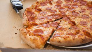 Une Américaine, prise en otage avec ses enfant,s a pu alerter la police en commandant sa pizza. (FOODCOLLECTION / GETTY IMAGES)