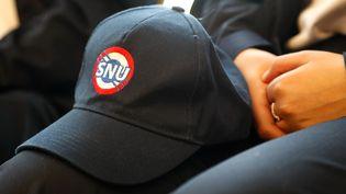 La casquette du Service national universel, une partie indispensable de l'uniforme des jeunes volontaires. (FRANCOIS GUILLOT / AFP)