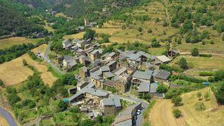 Le hameau Évol (Pyrénées-Orientales), accroché à la montagne, fait le bonheur des touristes. (CAPTURE D'ÉCRAN FRANCE 3)