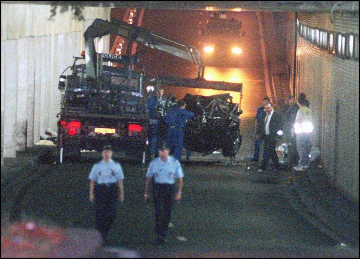 La voiture de Lady Diana après l'accident du tunnel de l'Alma, le 31 août 1997 à Paris. (PIERRE BOUSSEL / AFP)