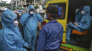 Des professionnels de santé se préparent à faire passer un test PCR, le 15 septembre 2020, à Bombay (Inde). (INDRANIL MUKHERJEE / AFP)