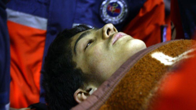 Un adolescent de 13 ans a été retrouvé vivant par les sauveteurs à Ercis, le 28 octobre 2011, plus de cent heures après le tremblement de terre qui a frappé l'est de la Turquie. (ANADOLU AGENCY / REUTERS)
