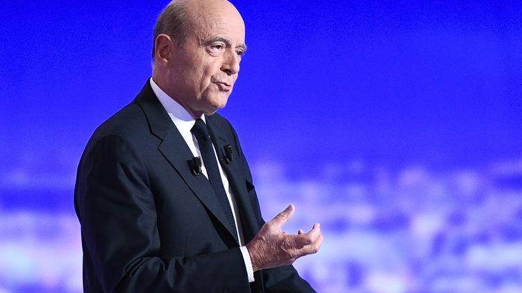 Alain Juppé, candidat à la primaire à droite, lors du premier débat télévisé sur TF1, le 13 octobre 2016. (MARTIN BUREAU / AFP)
