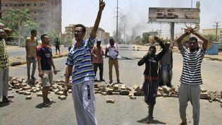 Des manifestants soudanais chantent des slogans le 3 juin à Khartoum, au Soudan. (EBRAHIM HAMID / AFP)