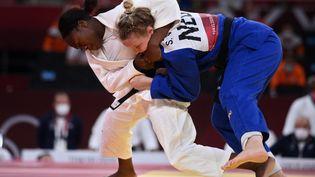 Clarisse Agbégnénou (en blanc) face à la Néerlandaise Sanne Van Dijke en demi-finale du tournoi olympique par équipes, le 31 juillet 2021 à Tokyo. (FRANCK FIFE / AFP)