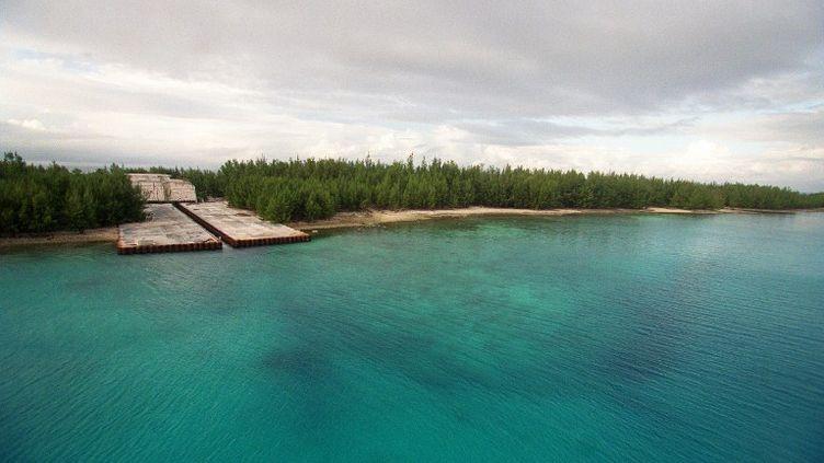 Vue aérienne du 6 juin 2000 de l'atoll de Fangataufa, en Polynésie française, et du bunker d'où fut tiré le 24 août 1968 le premier essai thermonucléaire français. (ERIC FEFERBERG / AFP)