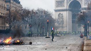 """Des """"gilets jaunes"""" manifestent près de la place de l'Etoile, à Paris, le 1er décembre 2018. (KARINE PIERRE / HANS LUCAS / AFP)"""