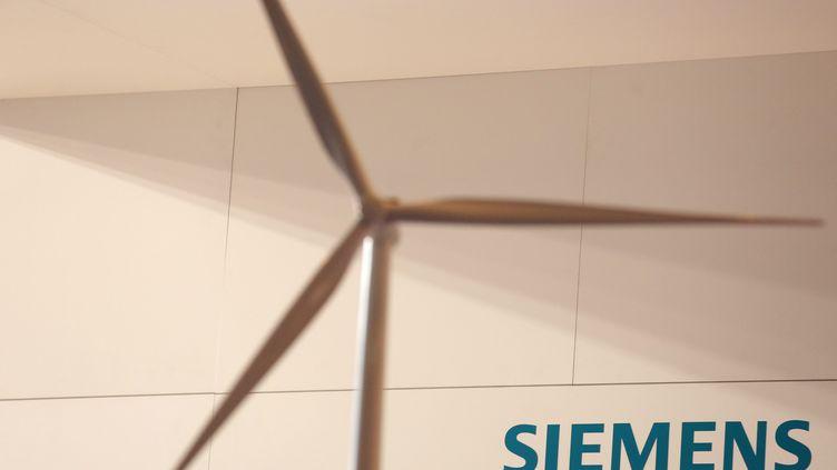Maquette d'une éolienne devant le logo Siemens. (MAXPPP)